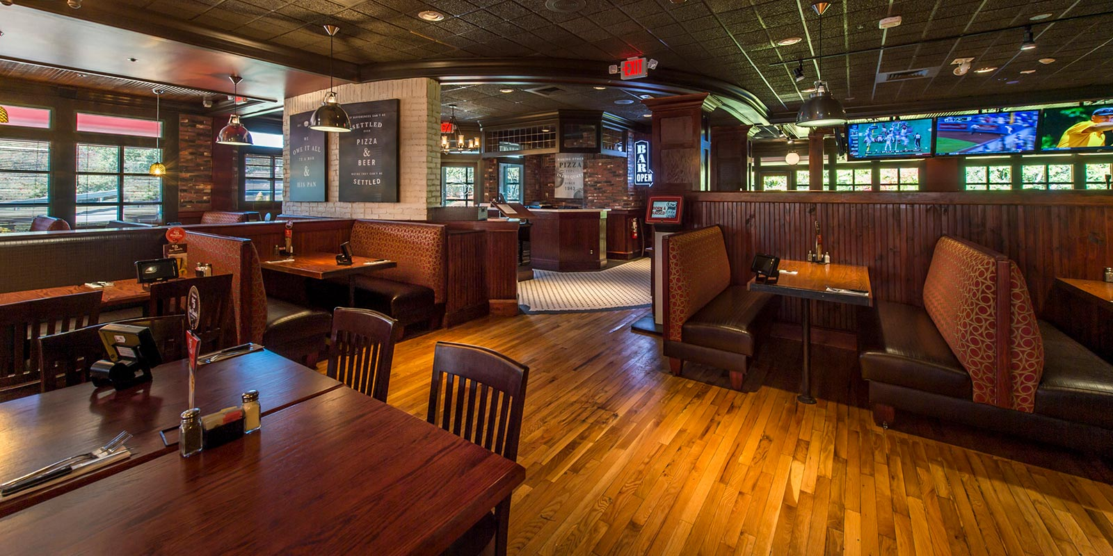 Uno Pizzeria & Grill - Welcoming Interiors