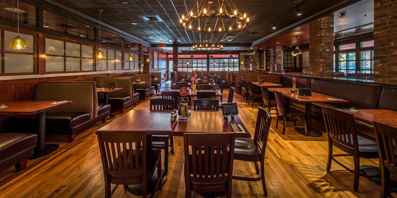 Uno Pizzeria & Grill - Dining Roomn